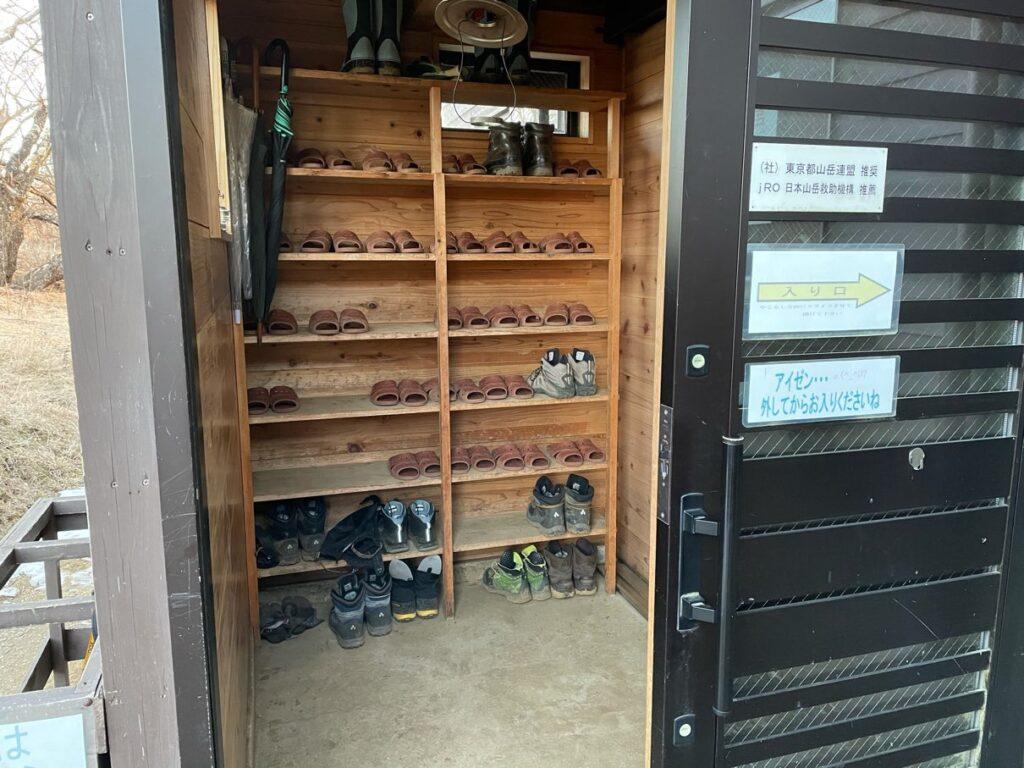 玄関の登山靴の収納棚