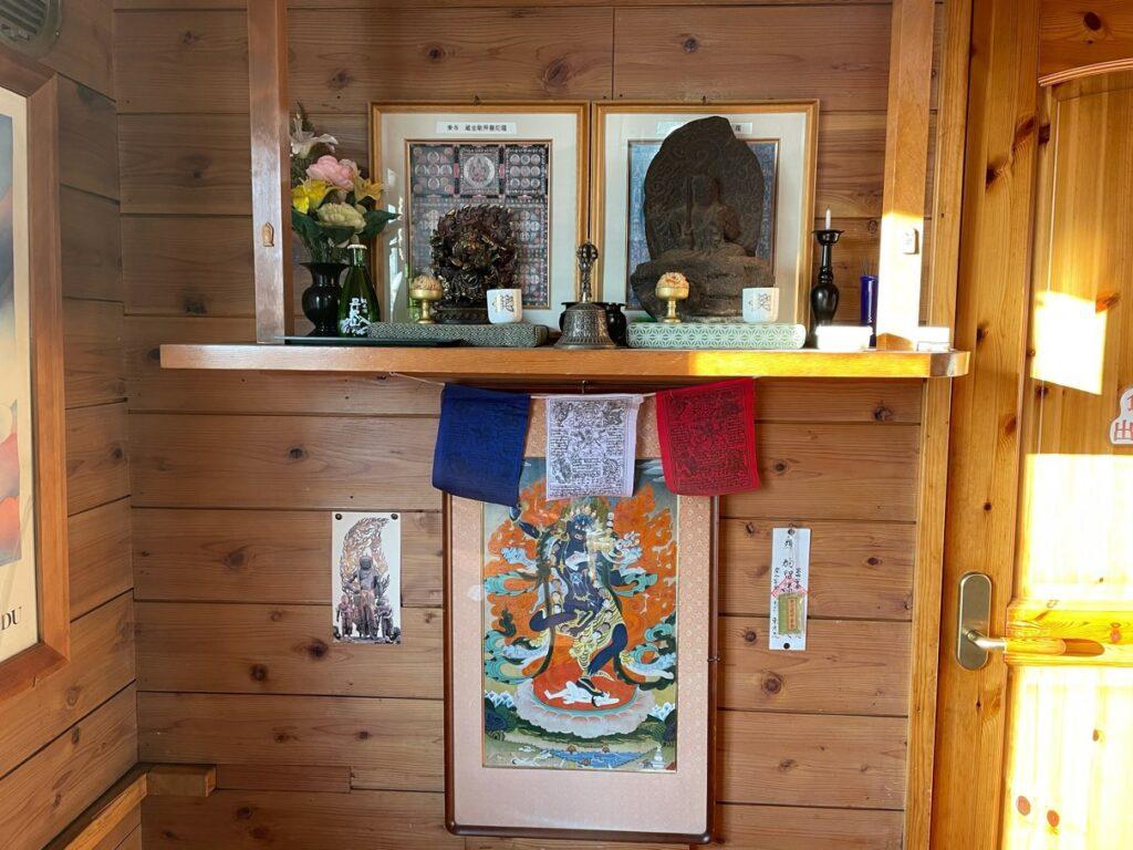 棚に置かれた仏像